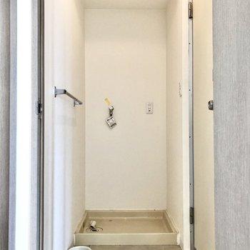 脱衣所に洗濯機置き場。脱いだ服をすぐ洗えます。※写真はクリーニング前のものです