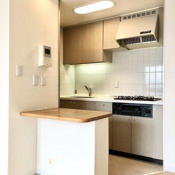 【LDK】キッチンも色合いが統一されています。