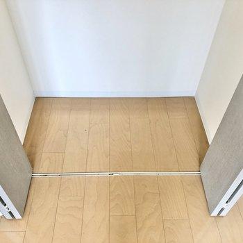 【洋室】ラックやカラーボックスを下部におけばもっと収納できそうですね。