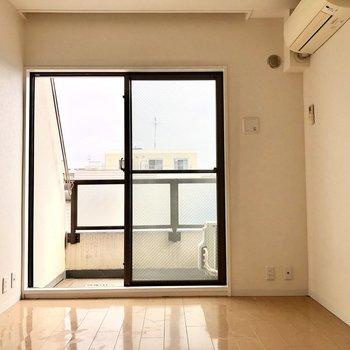 【洋室】こちらのお部屋にバルコニーがあります。