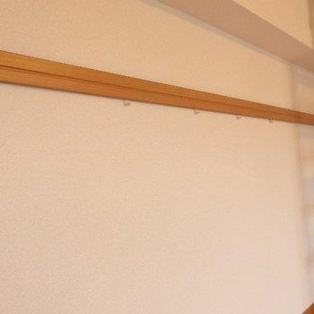 こちらの壁には物かけがついていて、便利♪