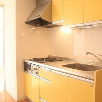黄色のシステムキッチンもステキですね!