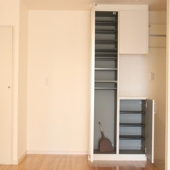 キッチン、玄関横の収納。扉には姿見も