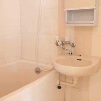 洗面台はお風呂と一体タイプですが、棚と鏡も付いてとても機能的。※写真は前回募集時のものです。