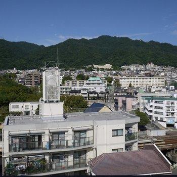 バルコニーに出れば六甲山が見えます。