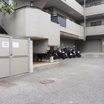 共有部】バイク置き場や駐輪場もあります!