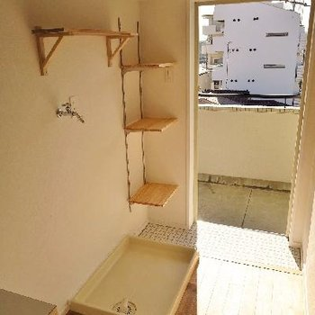 洗濯機上にも棚が。そして靴置場には可動棚が!