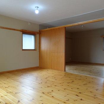 向こう部屋は寝室かな ※写真は2階の反転間取り別部屋のものです