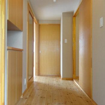 玄関から続くぬくもり空間※写真は2階の反転間取り別部屋のものです