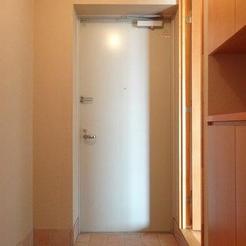 玄関はこちら※写真は2階の反転間取り別部屋のものです