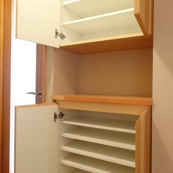 シューズボックスは上下に※写真は2階の反転間取り別部屋のものです