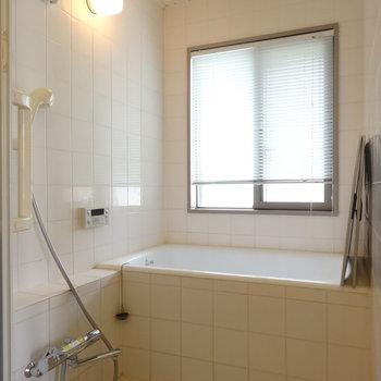 追い焚き・浴室乾燥機ついてます※写真は2階の反転間取り別部屋のものです
