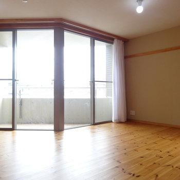 面白い形のガラス面 ※写真は2階の反転間取り別部屋のものです