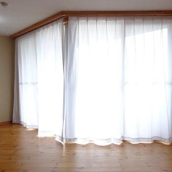 カーテンが付いていました※写真は2階の反転間取り別部屋のものです