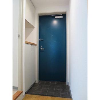 青い扉に惹かれます。
