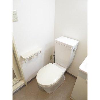 その横にトイレが。