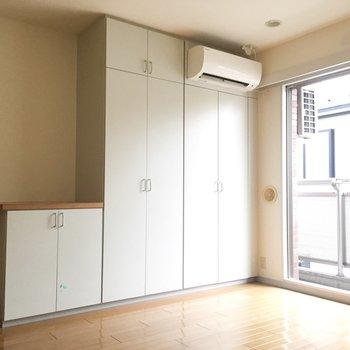 収納がたくさん。低めの棚にはテレビを置けますね。※写真は通電前のものです