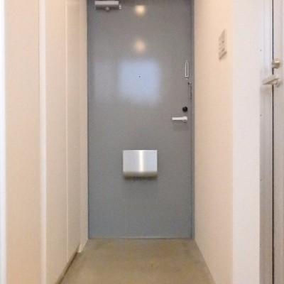 玄関、横には収納も付いていて良いですね!