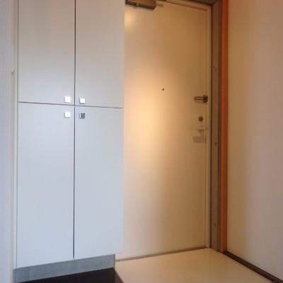 白い玄関、横に収納あります