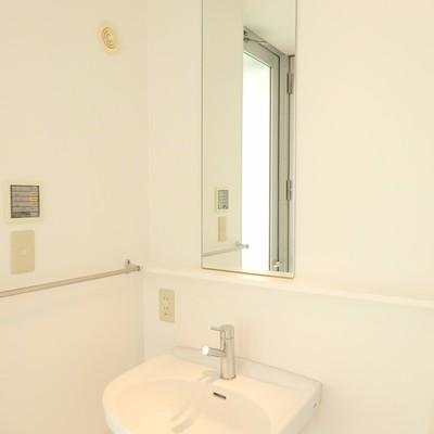 大きい鏡が付いた洗面台
