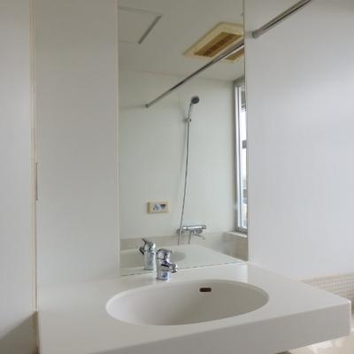 洗面台の鏡は結構大きい