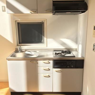 小窓付きのキッチン