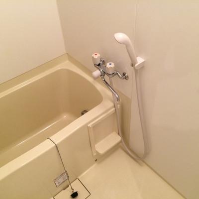 浴室はトイレ、洗面台の隣にあります