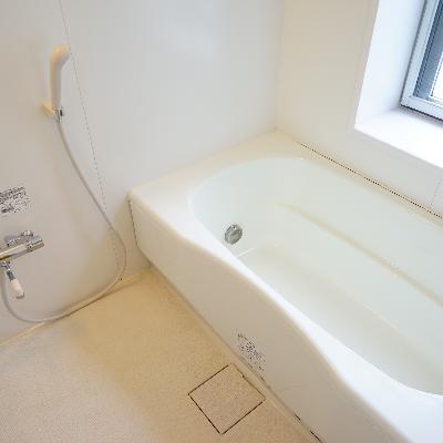 お風呂も大きな窓が嬉しい追い焚きつき!