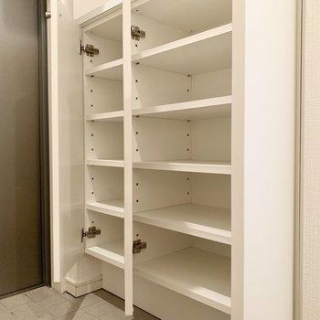 シューズボックスは2段構え。下段には20足くらい収納できそうです。
