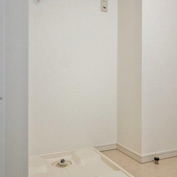 お向かいさんは洗濯機置き場。サイドに棚を置けば洗剤などが置けますよ。