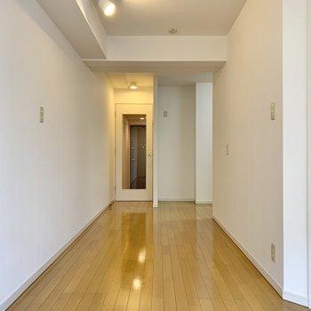 窓を背に。扉がクリアなので玄関まで見通せます。