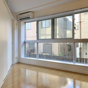 窓の近くにはテーブルやソファ、テレビを。