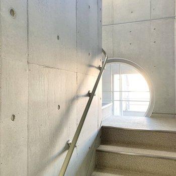 階段がイカしているんですよ......。