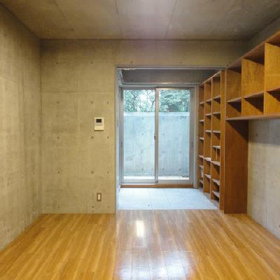 木の暖かさとコンクリートの存在感が共存※写真は同間取り別部屋
