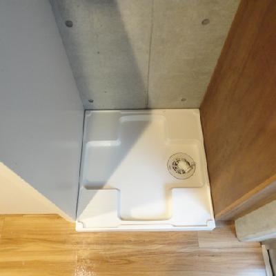 洗濯機置き場はキッチンの横!上に収納あり!※写真は同間取り別部屋