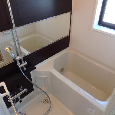 角部屋。窓付きのお風呂※写真は別部屋