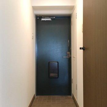 玄関はレトロなグリーン。