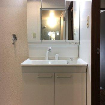 洗面台と洗濯機置き場は一緒のスペースです!