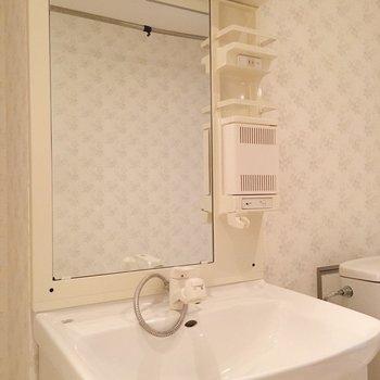 壁紙も可愛い、洗面台エリア。