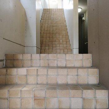 さてさて階段。タイルが可愛い〜!