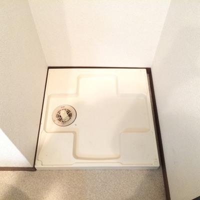 洗濯機置き場はトイレの隣!