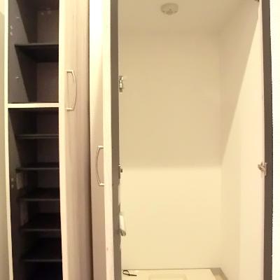 玄関横すぐに洗濯機置き場。そのとなりに靴箱◎※写真は別部屋です