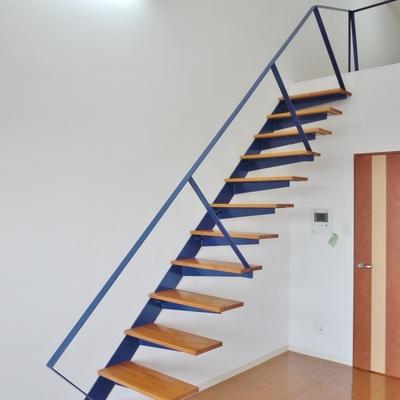 剥き出しの階段。