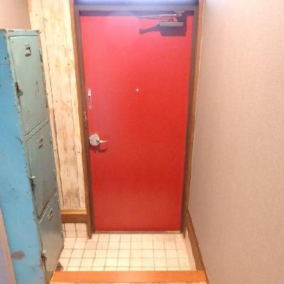 赤いドアがアクセントになっています