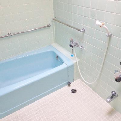 お風呂はレトロな青タイル。