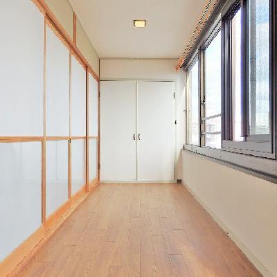 廊下はずーっと窓!!!柔らかな日差しが降り注ぎます。