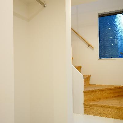 階段横にオープンクローゼットが!