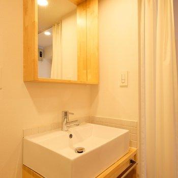 造作洗面はTOMOSの人気ポイント!この鏡の木枠は思った以上に便利!