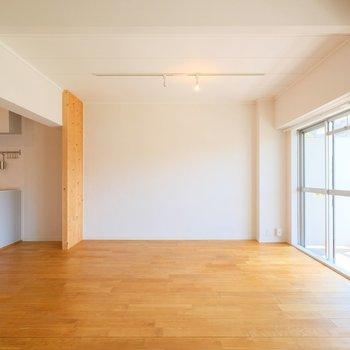 床は前面、ヤマグリの無垢材。やっぱり床が違うと居心地が段違い…!