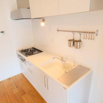 天板には人工大理石を使用。お手入れ簡単で白さもキープ出来ます!
